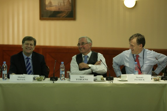Michael McFaul (U.S. Ambassador to Russia), Igor Yurgens (Institute of Contemporary Development), and Stewart Patrick (CFR) converse during the conference (Migalyov Oleg).